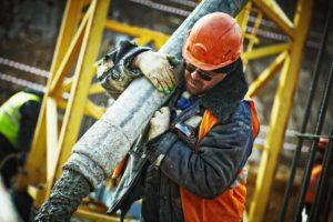 Lavoratore portuale con caschetto per la sicurezza sul lavoro